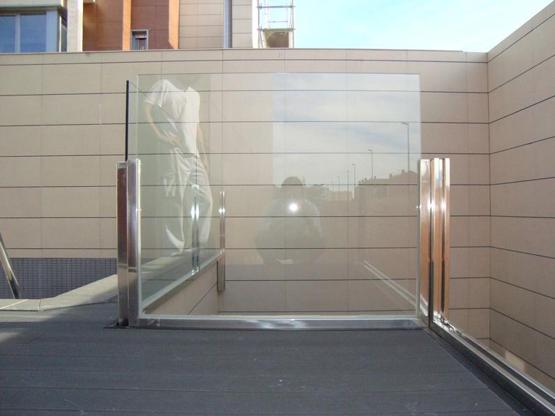 Puertas de acero inoxidable en madrid barandillas de for Barandillas de acero inoxidable y cristal
