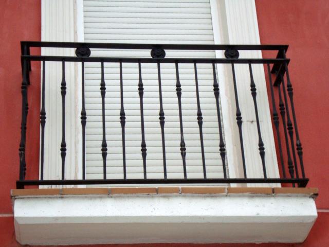 Puertas de hierro en madrid rejas de hierro en madrid for Tipos de toldos para balcones