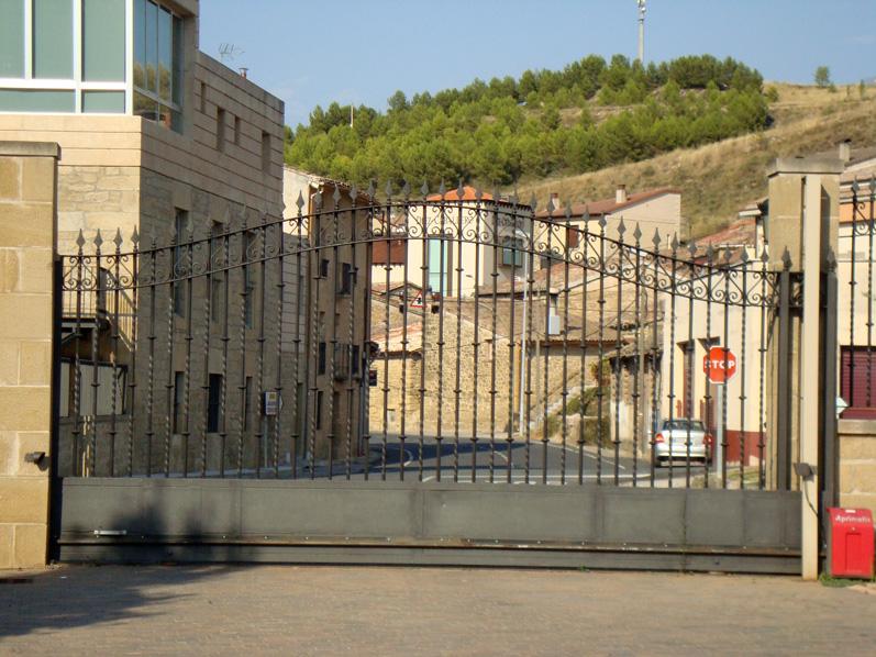 Puertas de hierro en madrid rejas de hierro en madrid for Puertas de entrada de hierro