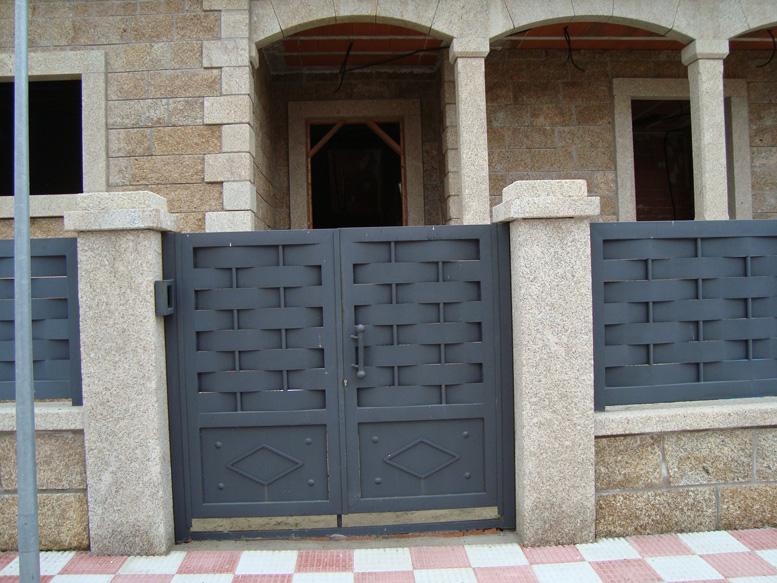 Puertas de hierro en madrid rejas de hierro en madrid for Modelos de puertas de metal