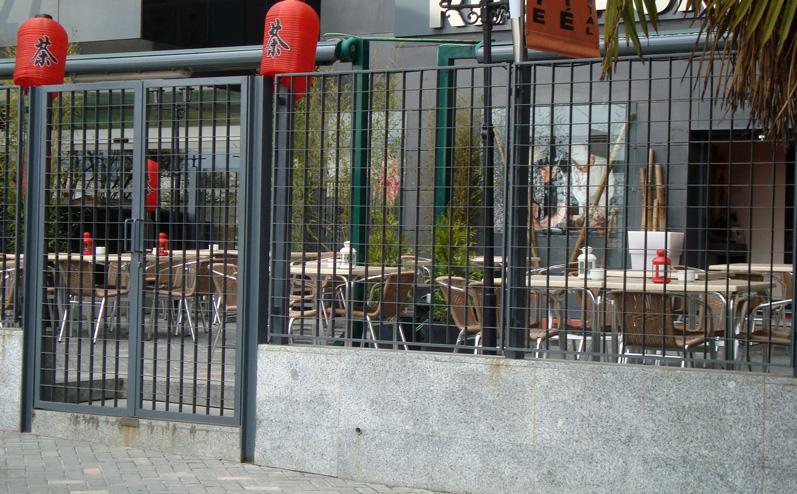 Puertas de hierro en madrid rejas de hierro en madrid - Cerramientos de aluminio para balcones ...